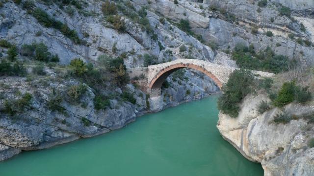 El pont antic de Terradets i la Noguera Pallaresa en crescuda de fusió de la neu.